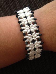 Pulsera de abalorios de color negro y perla. Preciosa para cualquier ocasión. creacionesgusus@gmail.com