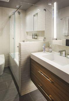 Badewanne und Dusche in Eins und Waschunterschrank aus Holz