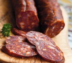 Bravčové mäso, mletá sladká paprika, čierne korenie, cesnak, soľ a črevá. Chorizo, Slovak Recipes, Czech Recipes, Sausage Recipes, Meat Recipes, Cooking Recipes, Charcuterie Recipes, Home Made Sausage, How To Make Sausage