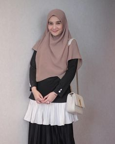 #WearingKIA @kiabyzaskiasungkar < foto 1 Abaya Fashion, Muslim Fashion, Ootd Fashion, Skirt Fashion, Fashion Outfits, Casual Hijab Outfit, Hijab Chic, Hijab Fashionista, Modest Wear