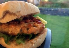 Kyllingburger med bacon Salmon Burgers, Bacon, Ethnic Recipes, Food, Meals, Yemek, Eten