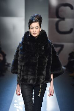 Nadire Atas on Luxury Fur Designer Coats Queen Fashion, Fur Fashion, Winter Fashion, Womens Fashion, Petite Fashion, Style Fashion, High Fashion, Black Fur Coat, Fox Fur Coat