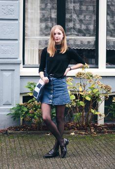 Camiseta manga média, saia jeans, meia-calça, oxford