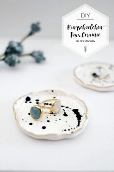 Nicely filed: ring bowls with gold rim paul vera - DIY ring bowl in the faux ceramic trend. Make your own jewelry tray with a gold rim easily and quic - Diy Jewelry Tray, Diy Jewelry To Sell, Jewelry Dish, Jewellery Storage, Clay Jewelry, Ceramic Jewelry, Jewellery Diy, Diy Clay, Clay Crafts