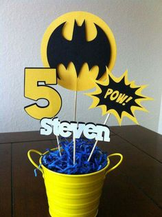 Festa tema Batman - Batman Party - Ideas of Batman Party - Festa tema Batman Lego Batman Birthday, Lego Batman Party, Superhero Birthday Party, 6th Birthday Parties, Birthday Fun, Birthday Table, Birthday Ideas, Superhero Centerpiece, Batman Party Centerpieces