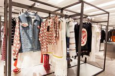 김태근 디자이너의 브랜드, 요하닉스 YOHANIX가 갤러리아명품관 WEST 3층의 G.D.S(Galleria Designer Street)에 문을 열었어요. 스트릿 스타일에 꾸튀르 감각과 디자인이 가미된 특별한 패션 아이템을 만나볼 수 있답니다. 감각적인 디테일의 패션 아이템을 요하닉스에서 만나보세요.