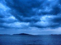 03 Aug. 5:32 暗くて青い日の出時刻の博多湾です。雨です。 ( Morning Now at Hakata bay in Japan )
