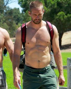 Wanna see what's under the hood? Fast & Furious hunk Paul Walker strips off for a game of disc golf with pals Paul Walker Shirtless, Actor Paul Walker, Rip Paul Walker, Shirtless Men, Most Beautiful Man, Gorgeous Men, Pretty Men, Paul Walker Photos, Hot Country Men