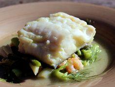 Este plato de pescado: Bacalao con espárragostrigueros, ajetes y gambas es una receta deliciosa, preparada especialmente para Navidad.