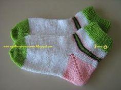 A muito eu procurava uma receita de meia de tricô fácil para tecer com duas agulhas, agora achei e repasso. O par mesclado ...