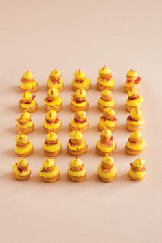 On adore ces bouchées à la crème de poivrons et au lard croustillant en forme de religieuses. À servir lors d'un apéritif chic pour impressionner et régaler les invités.