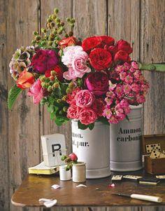 Oppulent in den Herbst: In diesem herbstlichen Blumenstrauß zeigen sich Rosen, Hortensien und letzte Brombeeren noch einmal von ihrer allerbesten Seite. Brombeerranken, Rose 'Gospel', Rose 'Sweet Antike', Hortensie, Rose 'Cheerleader', Rose 'Midsummer', Rose 'Red Piano' und Rose 'Leonardo da Vinci'.