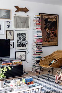 Living Room Bookcase, Home Living Room, Vertical Bookshelf, Home Alone, Cool Apartments, Art Furniture, Inspired Homes, Interior Design Inspiration, Decoration