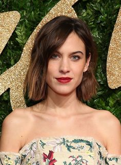 Pin for Later: Alexa Chung Is the Queen of Effortless Beauty Looks Blunt Bob Hairstyles, Inverted Bob Hairstyles, Hairstyles Haircuts, Bob Haircuts, Medium Hair Styles, Short Hair Styles, Bob Styles, Alexa Chung Hair, Celebrity Bobs