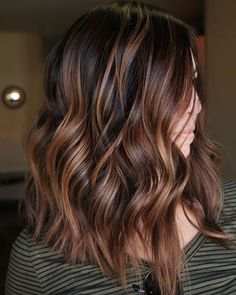 35 Balayage Hair Color Ideas for Brunettes in The French hair coloring technique: Balayage. These 35 balayage hair color ideas for brunettes in 2019 allow to achieve a more natural and modern eff. Copper Hair With Highlights, Hair Color Highlights, Chocolate Highlights, Chunky Highlights, Short Dark Brown Hair With Caramel Highlights, Carmel Brown Hair, Caramel Balayage Highlights, Dark Copper Hair, Cinnamon Brown Hair Color