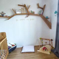 On aime l'étagère en forme de branche d'arbre en bois et le tapis d'éveil naturel ! Crédit photo : Pinterest/Sophie chez le Lapin Masqué