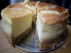 以前パリで食べた、チーズケーキの味が忘れられなくて、再現しました!特別な日に特別な人に作ってほしい一品です(*´ω`*) Cute Desserts, Sweets Recipes, Chocolate Desserts, Cake Recipes, Cheesecake Fat Bombs, Sweets Cake, Bread Cake, Happy Foods, Cafe Food