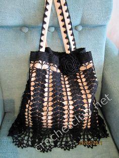 me gustó mucho el modelo de esta bolsa, no se nota bien si el fondo es el forro, o es una bolsa de piel que reciclaron tejiendo el adorno a...