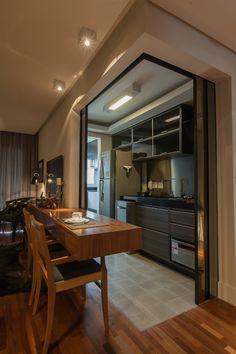 Cozinha americana com portas de correr. Ótima ideia para modernizar o espaço.