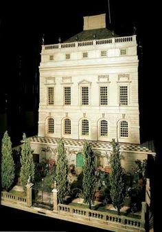 Créée entre 1921 et 1924, voici la maison de poupées de la reine Mary, véritable chef d'oeuvre en son genre et qui est désormais exposée à Windsor. (merci à Bertrand Meyer – Copyright photos : Royal collection)
