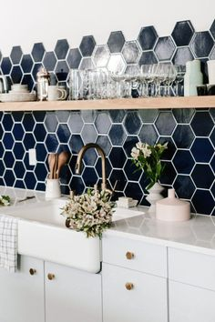 Modern-day kitchen backsplash ideas feature various forms of metal. A few simple kitchen backsplash ideas are all that you should make your kitchen look Kitchen Wall Tiles, Kitchen Paint, Kitchen Flooring, Kitchen Backsplash, Kitchen Countertops, Kitchen Decor, Backsplash Ideas, Kitchen Wood, Tile Ideas