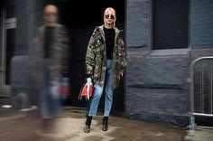 Street style: para driblar o frio nova-iorquino fashionistas recorrem a parkas e casacos imponentes para arrematar as produções - e fazem isso com estilo. O fotógrafo Adriano Cisani do @whatastreet mirou suas lentes para as as modelos e convidadas no entre e sai dos desfile da #NYFW - confira os melhores flagras em vogue.globo.com. Acima o look de @ireneisgood que amarrou na bolsa uma bandana branca de algodão símbolo do movimento #tiedtogether que vem dando o que falar na semana de moda em…
