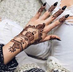 Poignet et doigts tatoués au henné noir