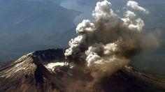 Monte Santa Helena despidiendo cenizas y humo en 2004. La erupción del 18 de mayo de 1980 dejó 57 fallecidos, miles de animales muertos y cientos de millones de dólares en daños materiales.  Fue tan potente que las cenizas llegaron a depositarse en 11 estados.