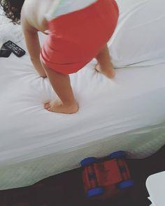 Dificuldades para o Pedro não existem... Ele queria subir na minha cama. Eu disse que não.  Resultado?  Olhem direitinho para a foto que vocês irão entender.  #babydicas #hajacoracao