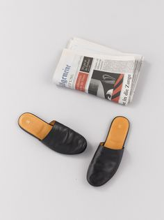 ARTS&SCIENCE - COLLECTION 2014AW BRAND: A&S ITEM: Room Shoes MATERIAL: Cow leather SIZE: Ladies': 1, 2, 3, 4 Men's: 5, 6, 7 COLOR: Black [PHOTO], wine DELIVERY: August A&Sのホームコレクションにルームシューズが登場。細かいサイズ展開で、自分に合ったサイズを選べるのがうれしい。しっかりと油分を含んだ透明感のある牛革は、使う程に色に深みが増し、それぞれの足に馴染んでいく。