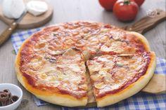 La pizza romana è una delle tante varianti della pizza, preparata con  mozzarella, pomodoro, origano, acciughe e olio extravergine di oliva.