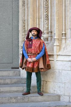 Conjunto masculino siglo XV - Lúa Media Indumentaria Histórica. Lovely Italian men's garb. Love the brooch holding the tail of the chaperone.