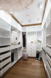 Dressing, living sau bucătărie, toate încăperile sunt conectate între ele printr-o podea fină și de bună calitate, având o culoare care se potrivește foarte bine cu mobilierul, culoarea pereților și decorațiunile. Am contribuit la crearea unei atmosfere calde pentru o familie energică și mereu în mișcare. Loft, Bed, Projects, Furniture, Home Decor, Log Projects, Blue Prints, Decoration Home, Stream Bed