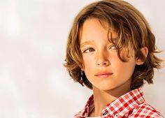 Seitenscheitel und lange Locken - Sommerfrisuren für Jungen