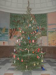 Grantræet Et eventyr af Hans Christian Andersen Ude i skoven stod der sådant et nydeligt grantræ; det havde en god plads, sol kunne det få, luft var der nok af, og rundt om voksede mange større kam...