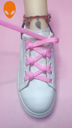#diy Ways To Lace Shoes, How To Tie Shoes, Diy Fashion Hacks, Fashion Tips, Diy Clothes And Shoes, Creative Shoes, Tie Shoelaces, Clothing Hacks, Lace Patterns