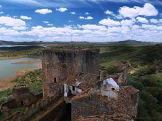 El Castillo de Azagala está ubicado en la provincia extremeña de Badajoz, junto a la población de Alburquerque. Fue construido en el S. XIII y perteneció a la Orden Militar de Alcántara. El monumento, declarado BIC en 1949, es de propiedad privada pero fue abandonado en 1995, presentando un estado de ruina progresiva y siendo víctima de expolios.  http://zenitramaral.blogspot.com.es/2009/05/castillo-de-azagala-alburquerquesos-al.html https://www.youtube.com/watch?v=979onnlMhoQ