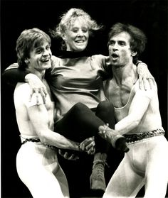Pictured all smiles and full of joy the dance trio Gwen Verdon, Mikhail Baryshnikov & Rudolf Nureyev in performance befitting the Paul Taylor Dance Company at New York's City Center on April 1981 Rudolf Nurejew, Dance Magazine, Margot Fonteyn, Mikhail Baryshnikov, Male Ballet Dancers, Nureyev, Street Dance, Ballet Photography, Dance Company