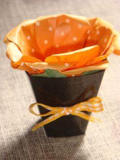 Mini Vasinho de plástico, preto, com forminha de papel em formato de flor e aplicação de laçinho na frente do vasinho. Diversas cores de forminha. Ideal para decoração de mesas de festas. Pedido mínimo: 20 unidades. R$4,50