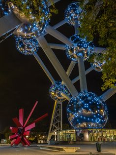 #atomium #bruxelles #brussels #brussel #expo58 #58 #worldfair #architecture #architectuur #fifties #atomic #atomicage #spaceship #tube #sphere #design #top #art #kunst #landmark #googie #midcenturymodern #midcentury #retro #atom #light #arik #levy #bynight #led