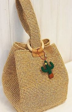 We are here again with the beautiful crochet bag models made by the ingenious housewives. You'll find great bag design ideas for special nights or everyday use. You can also find beach bags and interesting models for your girls in our image gallery. Beau Crochet, Free Crochet, Knit Crochet, Crochet Woman, Tunisian Crochet, Crochet Granny, Crochet Handbags, Crochet Purses, Crochet Bags