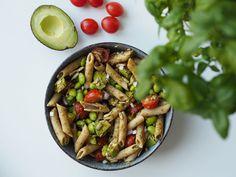 En dejlig vegetarisk ret med pasta, pesto, edamamebønner og forskellige grøntsager. Spis den til frokost eller aftensmad. Nem opskrift at gå til! Pesto Pasta, Linguine, Kung Pao Chicken, Ethnic Recipes, Food, Pasta Al Pesto, Essen, Meals, Yemek