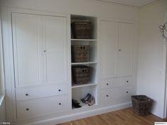 Platsbyggd garderob från IKEA.