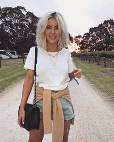 look short jeans e t-shirt branca Summer Outfit For Teen Girls, Classy Summer Outfits, Womens Fashion Casual Summer, Women's Summer Fashion, Look Short Jeans, Boho Outfits, Fashion Outfits, Dress Outfits, Casual Outfits