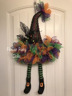 Witch hat wreath with legs Halloween Mesh Wreaths, Halloween Hats, Deco Mesh Wreaths, Holidays Halloween, Holiday Wreaths, Wooden Halloween Crafts, Diy Halloween Decorations, Witch Wreath, Witch Hats