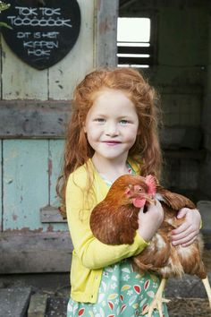 Country Kids / ginger girl with chicken Little People, Little Ones, Little Girls, Zoo Animals, Cute Animals, Cute Kids, Cute Babies, Jolie Photo, Beautiful Children