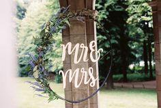 DIY: Hoepel met letters en bloemen voor je bruiloft. Meer op de site >> Foto: Shot by Marlot