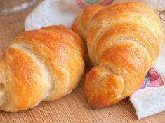 Croissanty tak nějak nepatří mezi mé oblíbené pečivo, nevyhledávám je, za celý život jsem snědla tak dva kousky. Nicméně jsem se rozhodla, že se je naučím péct, už kvůli manželovi, který je miluje moc. :) Když jsem poté prostudovala recept přímo od francouzského pekaře, který jsem našla v jednom historickém Apetitu, staly se croissanty mou…