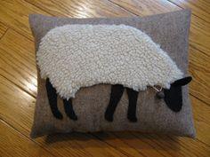 Wooly primitif au pâturage coussin mouton