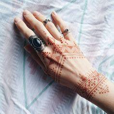 207 отметок «Нравится», 7 комментариев — Irene B  | feminine tattooing (@irenebogachuk) в Instagram: «Малюнок хною від моєї мегаталановитої @morartv  #henna #mehndi #hennaart #forever21…»